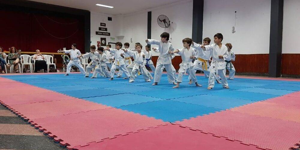 La escuela de karate-do realizó la muestra de fin de año